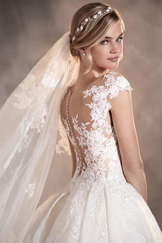 Gli abiti da sposa in pizzo sono regali e sofisticati, particolarmente  adatti per le spose romantiche.