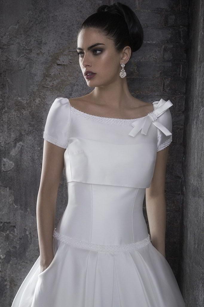 d1d544a732df Il mikado è il tessuto perfetto per abiti da sposa strutturati, rigidi, che  fasciano e modellano la silhouette della sposa.